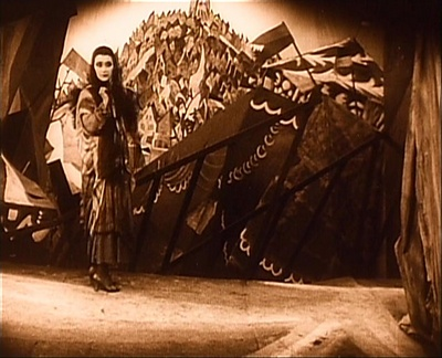 "Кадр из фильма ""Кабинет доктора Кабинета"", реж. Роберт Вине"