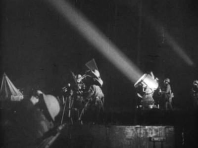 """Кадр из фильма """"Лондон выстоит"""", реж. Хамфри Дженнингс"""