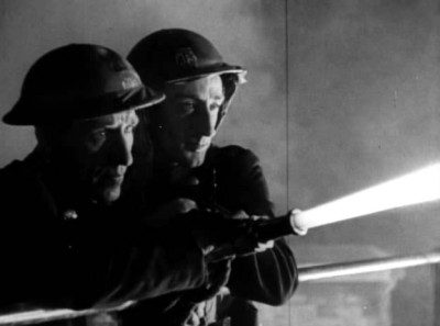 """Кадр из фильма """"Начались пожары"""", реж. Хамфри Дженнингс"""
