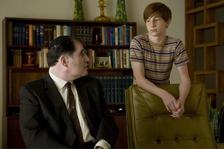 """Кадр из фильма """"Серьезный человек"""", реж. Джоэл и Этан Коэны"""